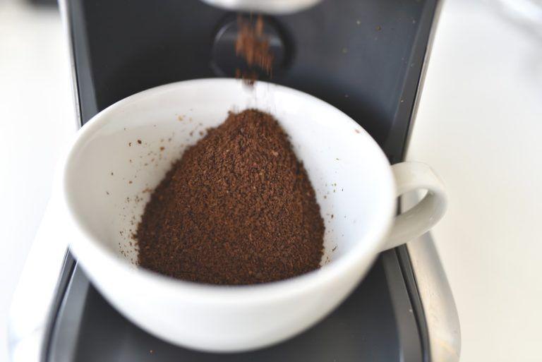 Kiểm tra chất lượng lưỡi dao để đảm bảo chất độ mịn của hạt cafe khi xay.
