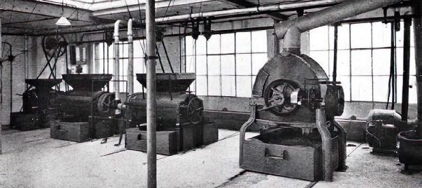 Một hệ thống rang cà phê khí đốt bốn máy tại Anh. Nhà máy này có một máy gia nhiệt trực tiếp và ba máy rang gia nhiệt gián tiếp