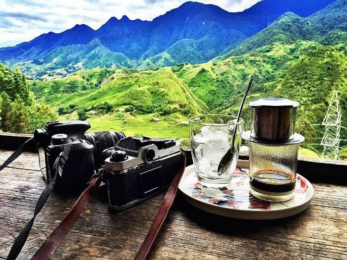 Giữa thời tiết se lạnh ở Sapa,tôi ngồi nhâm nhi ly cà phê và ngắm cảnh núi non thơ mộng
