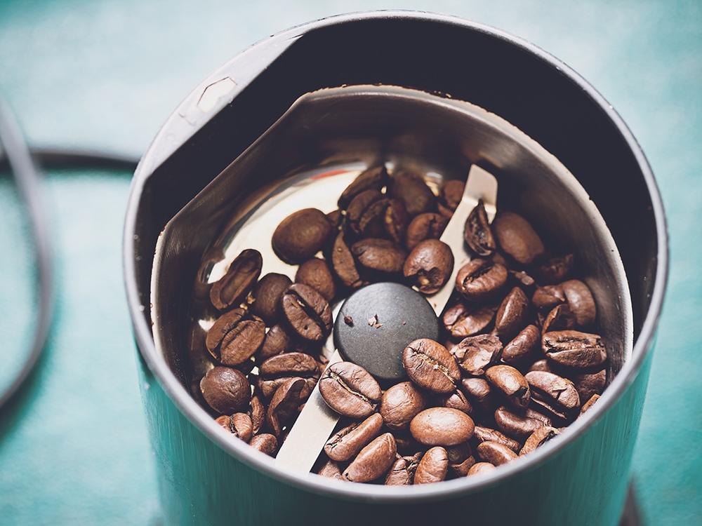 Máy xay cà phê lưỡi dao có hình dáng dao xay giống các máy xay sinh tố hoa quả thường thấy