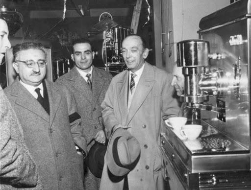 Achilles Gaggia trong buổi ra mắt chiếc máy pha cà phê hiện đại do mình sáng chế